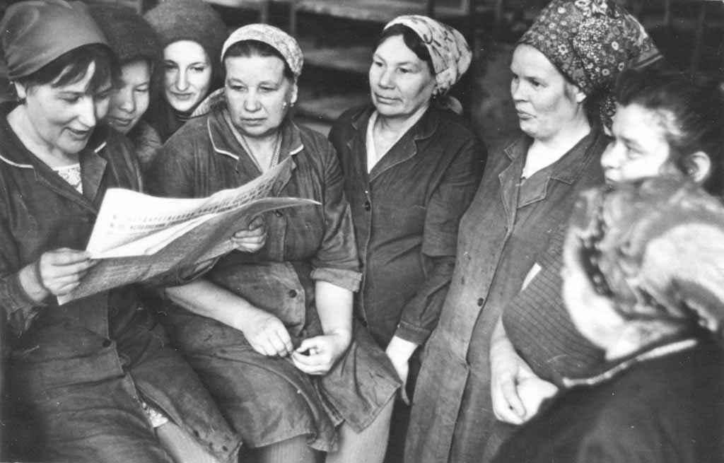 Начало 80-х. Работницы туннельного цеха завода Урализолятор. Во время обеденного перерыва нужно успеть почитать центральную газету.