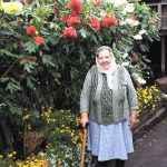 Евдокия Петровна АНИКИНА и её любимые георгины. Посмотрите, какие крупные цветы, высокие, сильные стебли. Особенно она любит красные. Рассказывает, что георгины выращивает много лет (Е.П. Аникиной – 89 лет), сама за ними ухаживает, готовит к посадке, убирает на зиму. Охотно Евдокия Петровна делится клубнями георгинов со всеми желающими, может поделиться и с читателями.