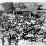 На Нижней Торговой площади идёт сдача хлеба. 1930-й год. Эта территория сейчас ограничена ули-цами Жукова, Гагарина, Советской и территорией бывшего металлообрабатывающего завода.
