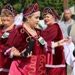 Женщины в русских народных костюмах водили хороводы и исполняли песни под аккомпанемент совре-менных гаджетов – смартфона и портативной колонки.