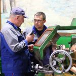 Самый опытный токарь крепёжного цеха Андрей Алексеевич Скутин (слева) с коллегой из соседнего заводского участка.
