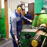 Токарь Никита Сергеевич Домнин работает на заводе уже шесть лет.