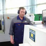 16 лет назад пришёл на завод Юрий Александрович Клементьев. Много лет он трудился фрезеровщиком блоков НМШ, прошёл обучение на оператора станков с ЧПУ, работает на современном автоматическом оборудовании.