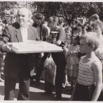 Журналист газеты «Камышловские известия» Владимир Терентьевич Сысюк с большим именинным пирогом.