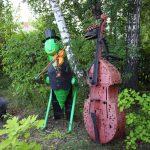 Кузнечик-скрипач и контрабасист (динозавр-скелетик) сделаны для ДШИ и посвящены «УралТерраДжазу». Музыкальные инструменты натуральной величины.