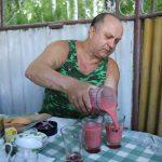Анатолий Петрушко – гостеприимный хозяин. Приготовил для гостей оригинальные угощения.
