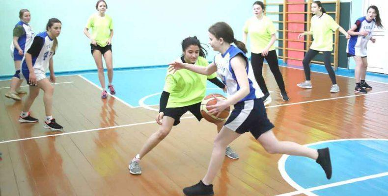 Оранжевый мяч – у Захаровской школы