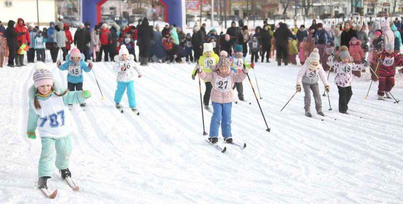 Мальчишки и девчонки на лыжне