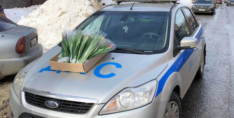 Инспекторы дарят цветы